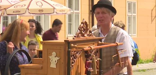 Flašinetář na festivalu v Praze.