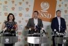 Předseda ČSSD Jan Hamáček (uprostřed) bude po návratu z dovolené řešit setrvání strany ve vládní koalici.
