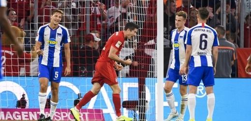 Vladimír Darida s číslem 6 (v modrobílém) sleduje, jak Lewandowski proměňuje penaltu.