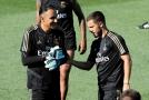 Eden Hazard diskutuje při tréninku s brankářem Realu Keylorem Navasem.