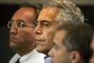 Sebevražda Jeffreyho Epsteina (uprostřed) vyvolala v USA velké pozdvižení.