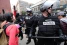 V USA demonstrovali pravicoví i levicoví radikálové.