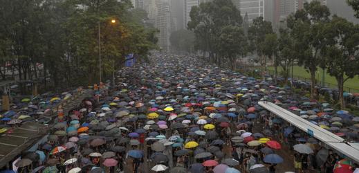 V hongkongském Victoria Parku protestují desetitisíce lidí.