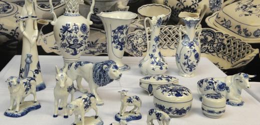 Porcelán s cibulákovým vzorem.