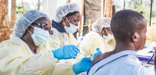Lékaři se snaží epidemii zastavit pomocí vakcín.