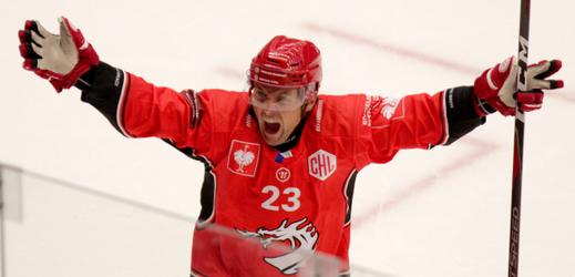 Třinecký Jiří Polanský se raduje z gólu během utkání Ligy mistrů.