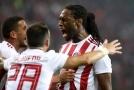 Fotbalisté Olympiakosu slaví gól do sítě tureckého Basaksehiru.