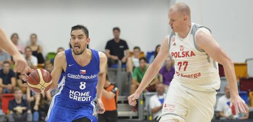 Tomáš Satoranský (v modrém) při zápase proti Polsku.