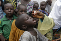 Zdravotník podávající kapky s vakcínou proti dětské obrně.