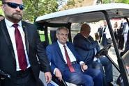 Zeman přijel golfovým vozítkem. Za kůrovce kritizoval Bursíka