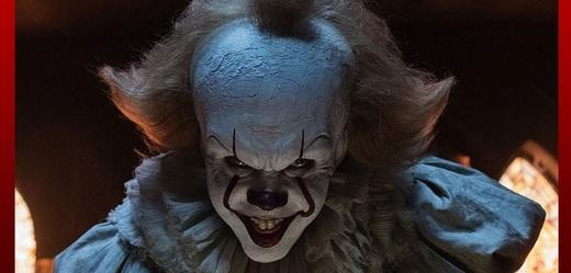 Klaun Pennywise v podání Billa Skarsgårda.