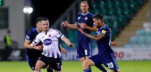 Hráči Slovanu Bratislava (v modrém) ve 3. předkole proti Dundalku.