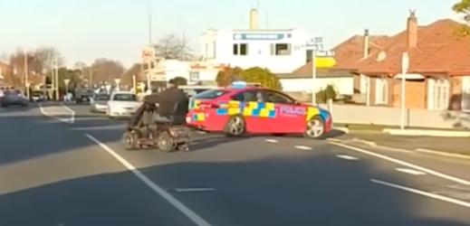 VIDEO: handicapovaný muž odmítl zastavit. Policii se na skútru vyhýbal