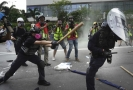 Demonstranti se v Hongkongu střetli s policií.