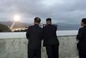 Kim Čong-un (vpravo) se přišel podívat na zkoušku nové rakety.