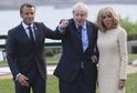 Boris Johnson (uprostřed) se po příjezdu do Francie zdraví s Emmanuelem Macronem a jeho manželkou.
