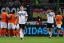 Smutný Marco Reus (v bílém). Vzadu se radují hráči Nizozemska.