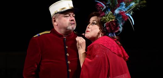 Petr Martínek jako Major Chateau-Gibus a Lea Vítková jako Corinna při zkoušce operety Mamzelle Nitouche.