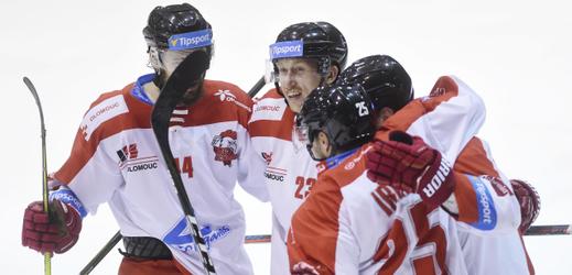Hokejisté Olomouce se radují po jednom ze vstřelených gólů.
