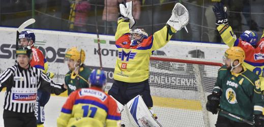 Brankář Petr Kváča se raduje z vítězství, kterým si hráči Budějovic zajistili účast v loňské baráži o extraligu.