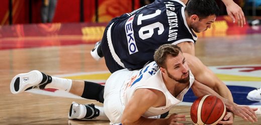 Martin Kříž bojuje na zemi o míč proti Řekovi Kostasi Papanikolaouovi.