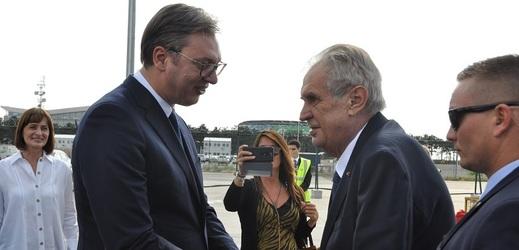 Srbský prezident Aleksandar Vučić (vlevo) přivítal na letišti v Bělehradu Miloše Zemana.
