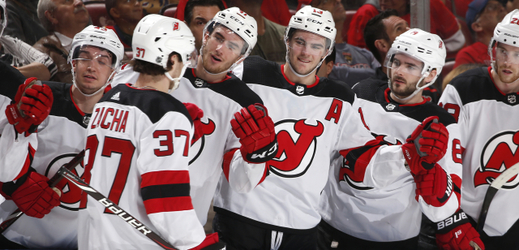 Pavel Zacha se raduje s lavičkou Devils.