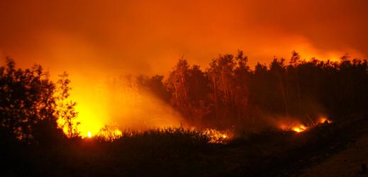 Lesní požár v Indonésii na jihu Sumatry.