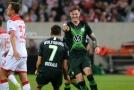 Wout Weghorst (vpravo) z Wolfsburgu se raduje se spoluhráčem z gólu do sítě Düsseldorfu.
