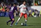 Cristiano Ronaldo (v bílém) se snaží zamotat hlavu Pulgarovi z Fiorentiny.