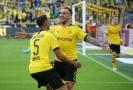 Paco Alcácer (uprostřed) slaví branku se spoluhráči.