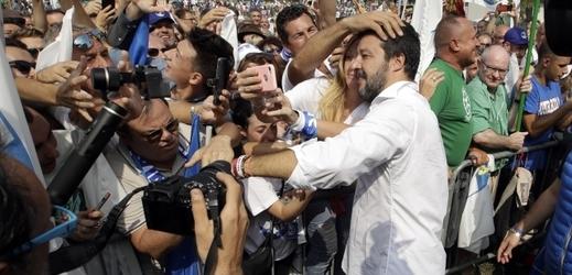 Tisíce lidí se na severu shromáždily na podporu Salviniho.