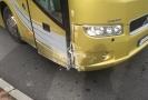 Autobus po kolapsu řidiče naboural do svodidel.