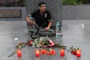 Muž se připoutal k soše Koněva, policie ho nechala na místě