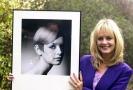 Bývalá modelka Twiggy s fotografií z dob své největší slávy.
