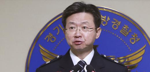 Jihokorejský policejní důstojník oznamuje možné vyřešení případu sériového vraha.