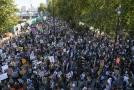 V Londýně lidé v sobotu protestovali kvůli klimatickým podmínkám, v neděli zde nejezdila auta.