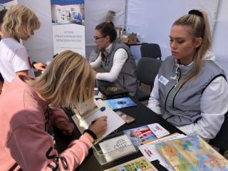 Se specialisty z Oční kliniky FN Ostrava se lidé potkali v areálu mošnovského letiště.
