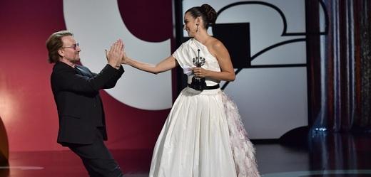 Španělská herečka Penélope Cruzová a zpěvák Bono Vox.