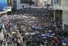 Lidé v Hongkongu protestují proti Číně.