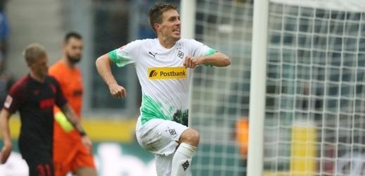 Patrick Herrmann slaví gól Gladbachu. Vzadu v oranžovém český gólman Tomáš Koubek.