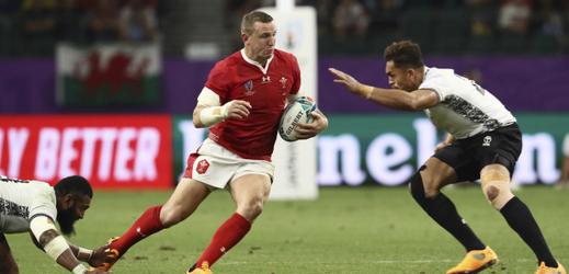 Hadleigh Parkes z Walesu se snaží přejít obranou Fidži.