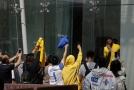 Čínští fanoušci stojící před hotelem Lakers, kde si fotili samotné hráče.