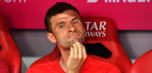 Thomas Müller na lavičce náhradníků Bayernu Mnichov.