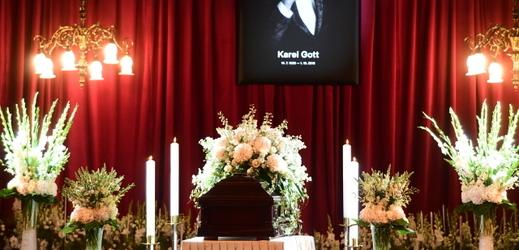 Rakev s ostatky Karla Gotta v pražském paláci Žofín.