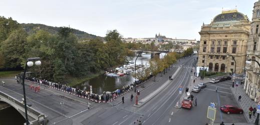 Lidé čekají 11. října 2019 frontu u pražského Žofína, kde se koná veřejné rozloučení s Karlem Gottem.
