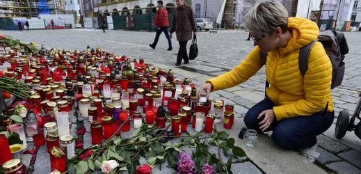 Se zesnulým Karlem Gottem se přišlo rozloučit na 49 tisíc lidí.