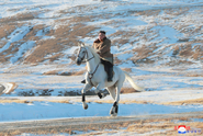 Kim stoupal na bílém koni na posvátnou horu. Co to znamená?