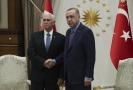 Viceprezident Mike Pence (vlevo) a turecký prezident Recep Tayyip Erdogan.