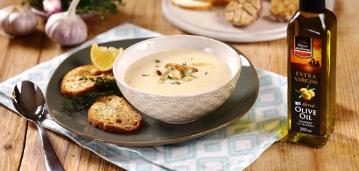 Polévka z pečeného česneku.